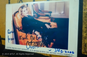 I don't understand French, but I think it is photograph with signature of Catherine Deneuve