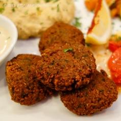 Falafel - chả chiên làm từ đậu gà và đậu fava