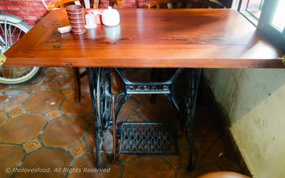 Coffee table with special leg - Cast iron leg of Singer sewing machine